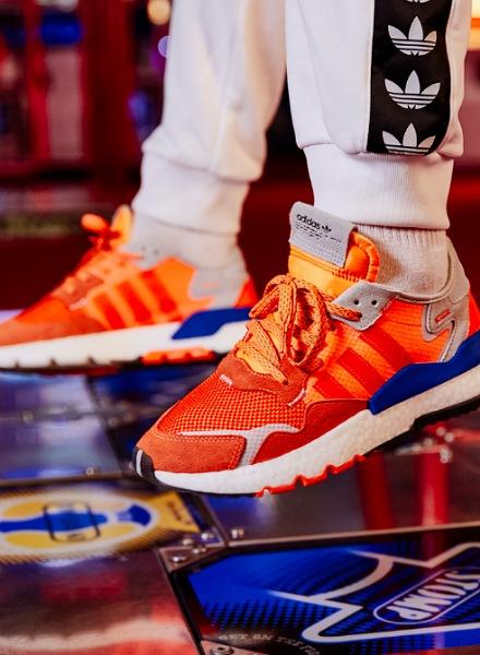 På billedet ses et par adidas Originals nite Jogger i orange og blå farver.