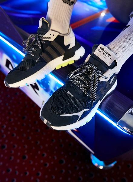 på billedet ses et sæt adidas Originals Nite Jogger i sorte og hvide farver.