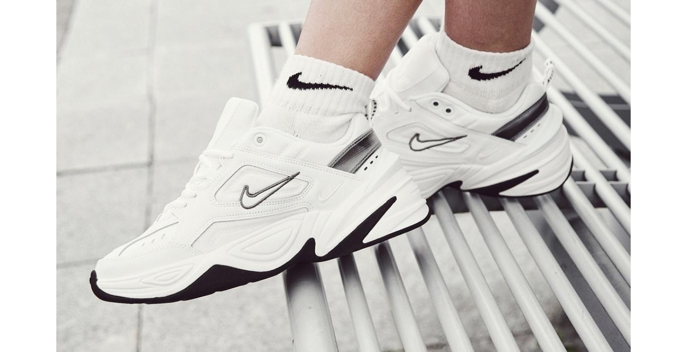 Nike M2K Tekno brancas e pretas